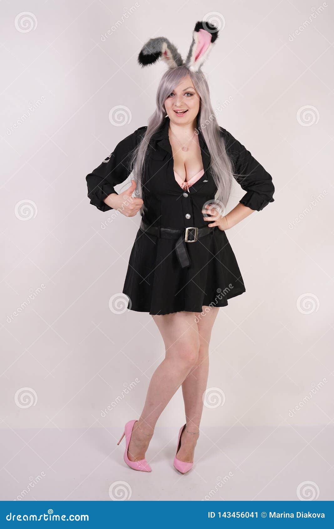 Gullig flicka i cosplay dräkt med det curvy diagramet som ler och visar tummar upp symbol på vit bakgrund