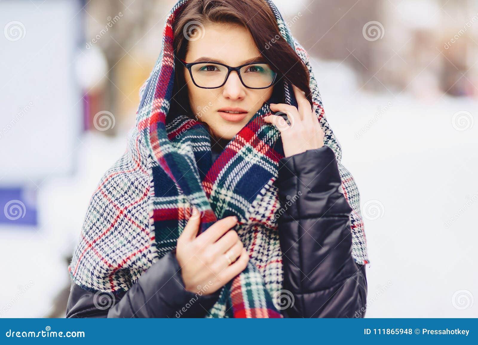 Gullig flicka i exponeringsglas och en halsduk
