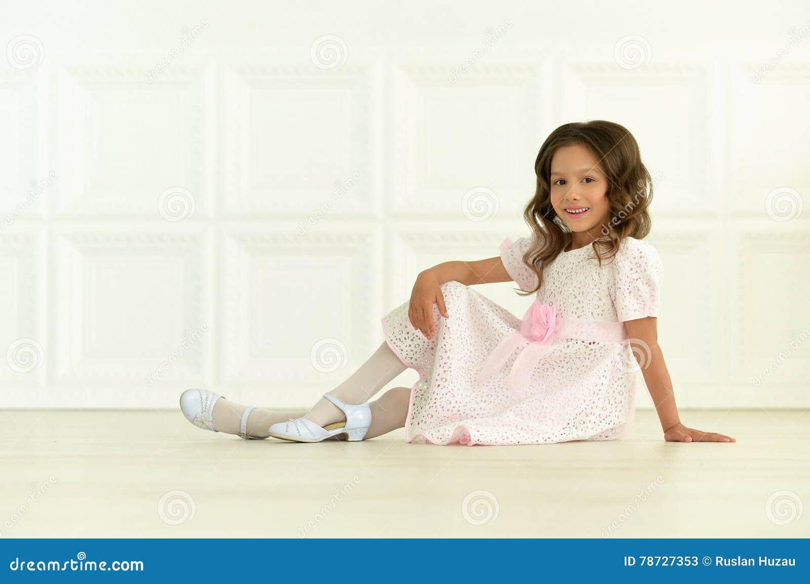 Gullig flicka little som poserar