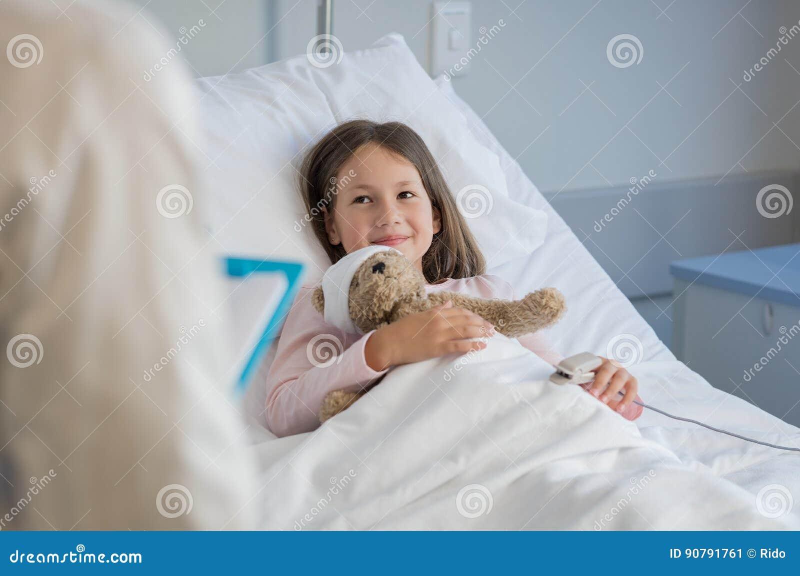 Gullig flicka på sjukhuset