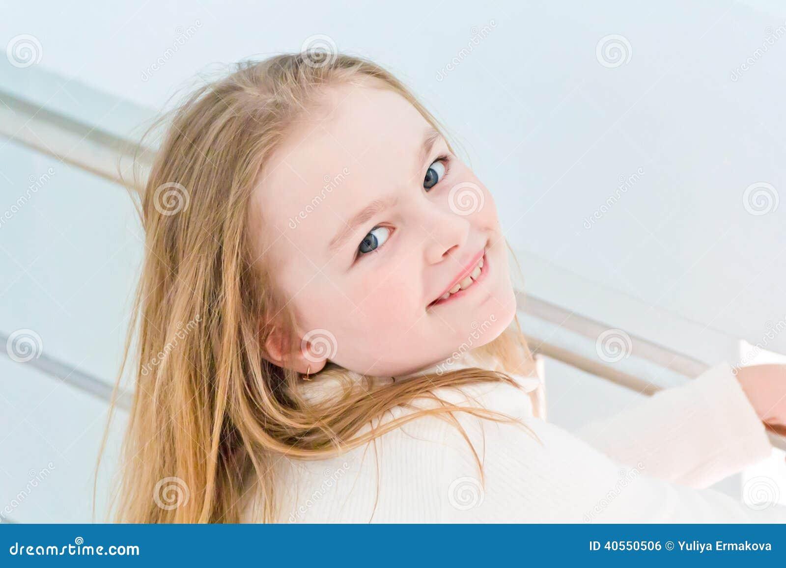 Gullig flicka sju gamla år