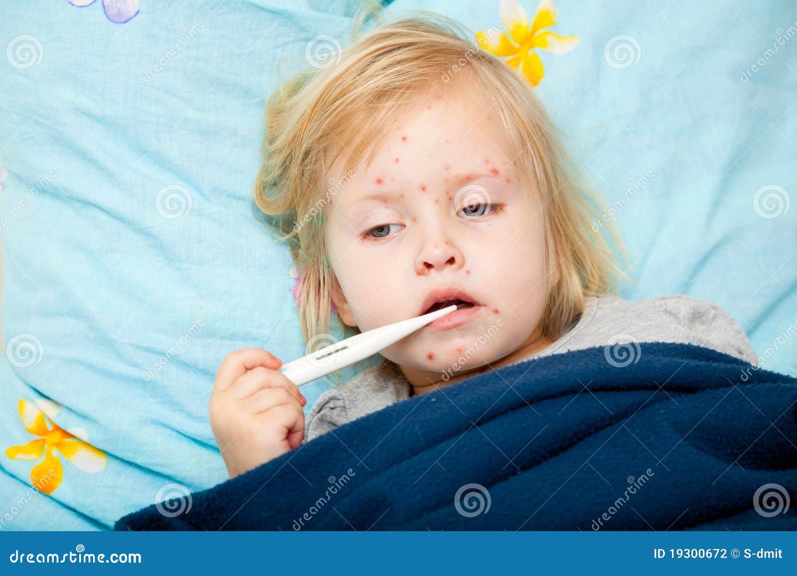 Gullig flicka som mäter sjuk temperatur