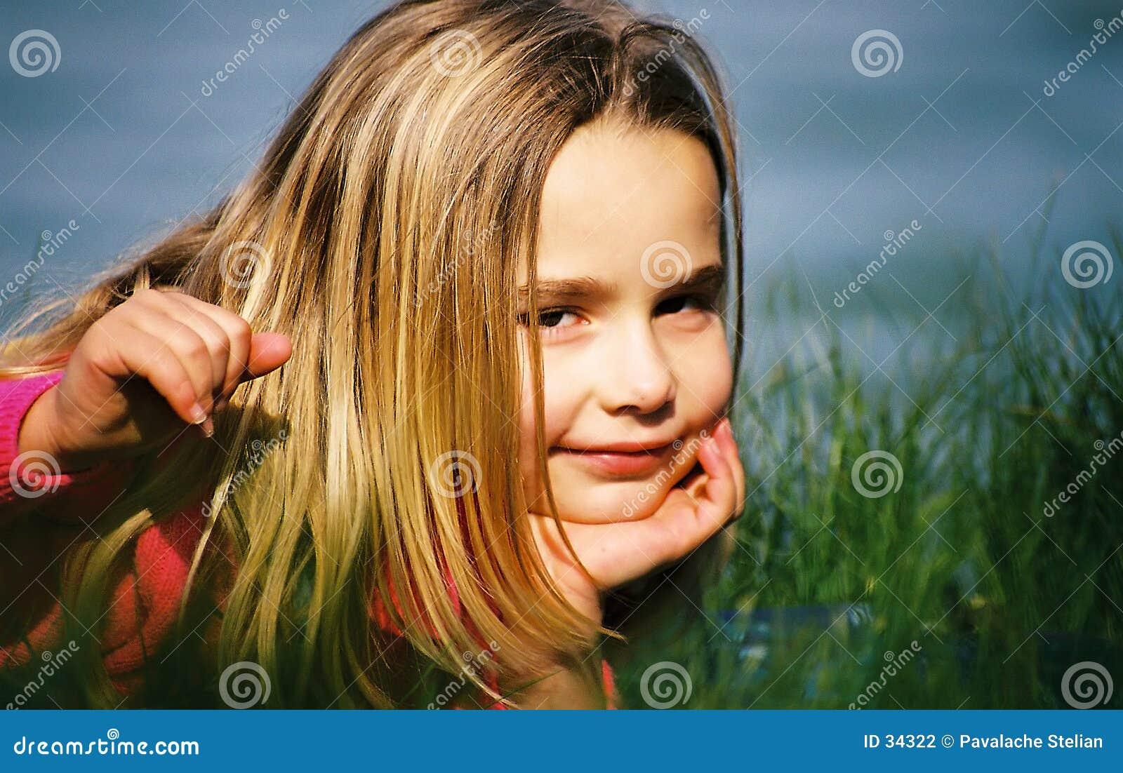 Gullig flicka utomhus