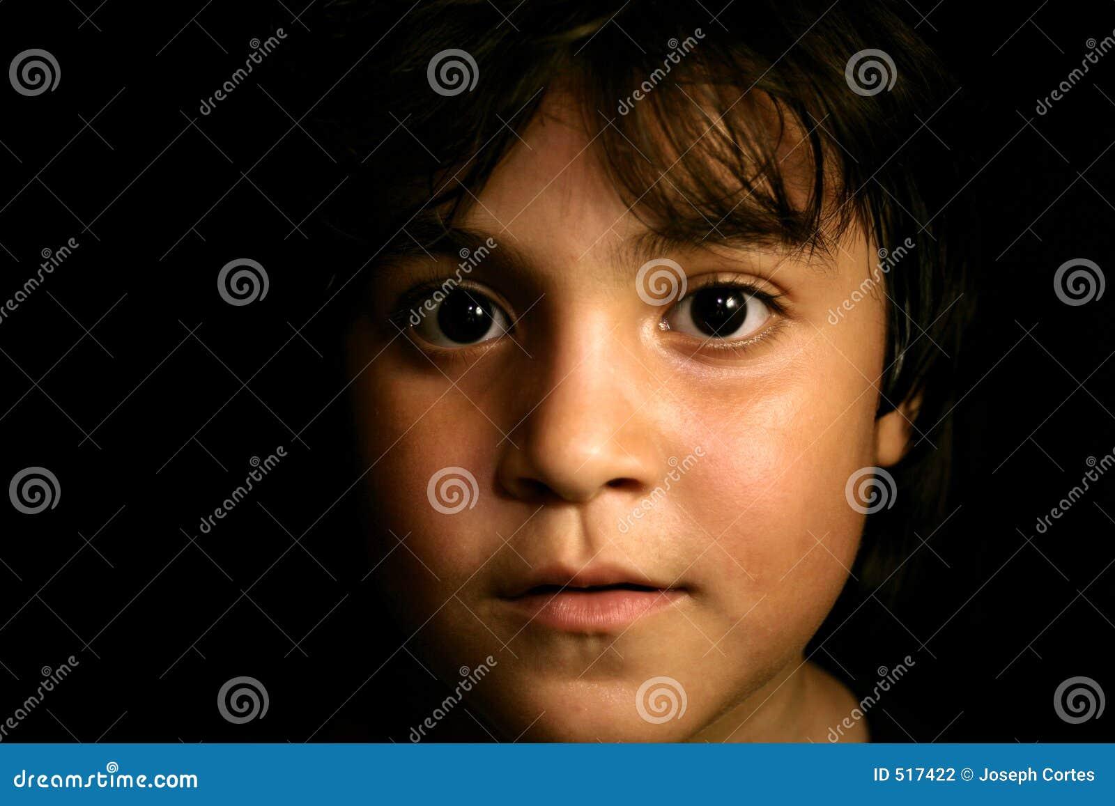 Gullig framåt latinamerikan för barn som ser ung