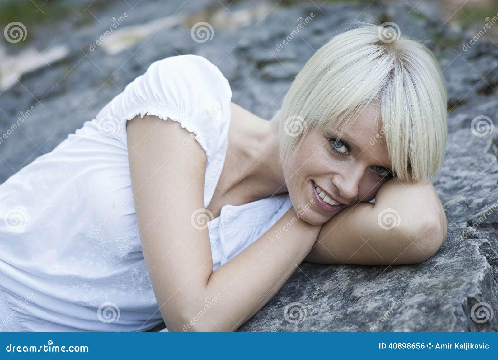 Gullig kvinna med ett härligt leende