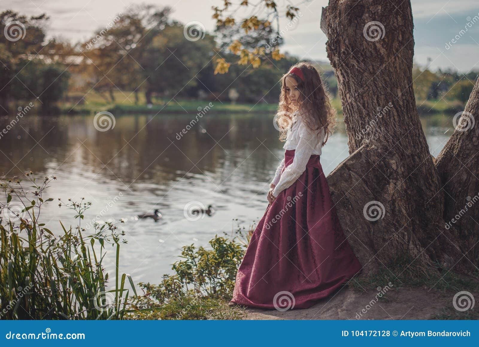 Gullig liten caucasian flicka som bär retro kläder Trevligt kvinnligt barn i härlig tappningklänning