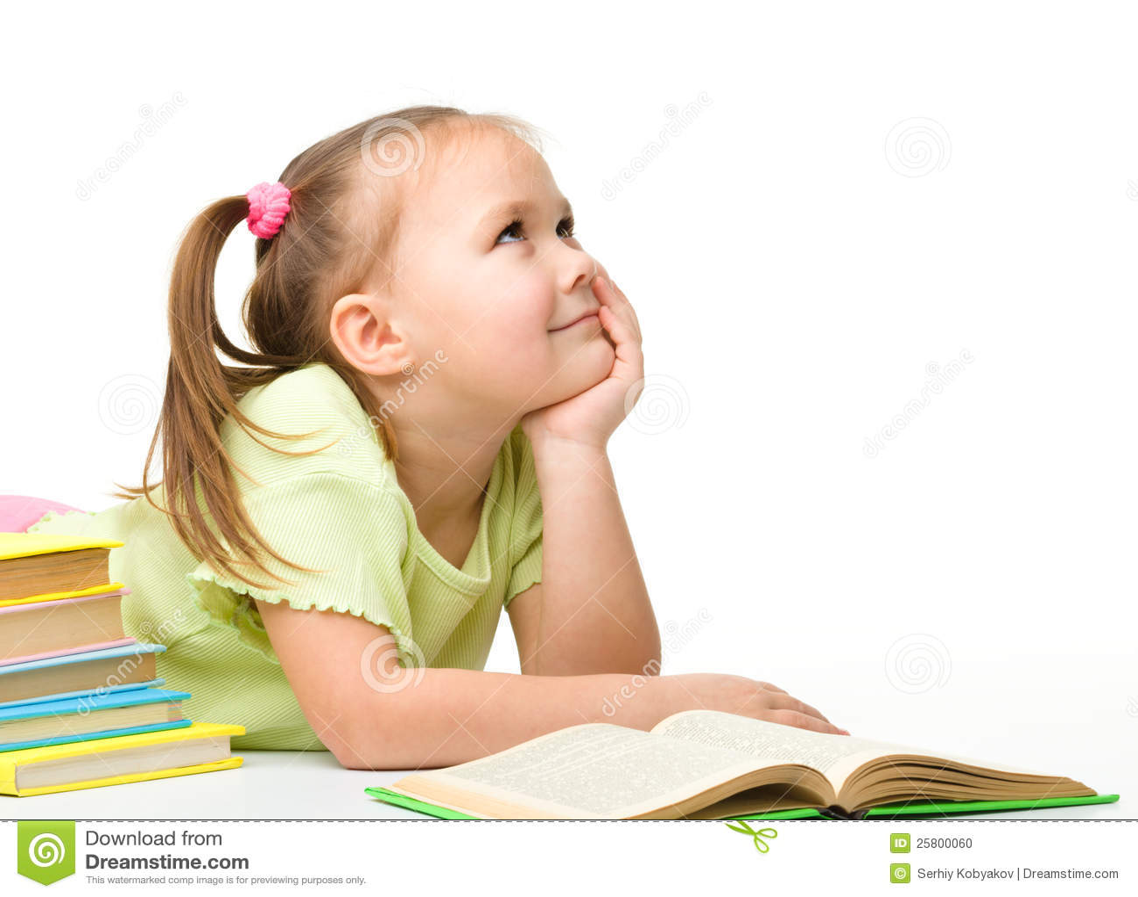 Gullig liten flicka med böcker