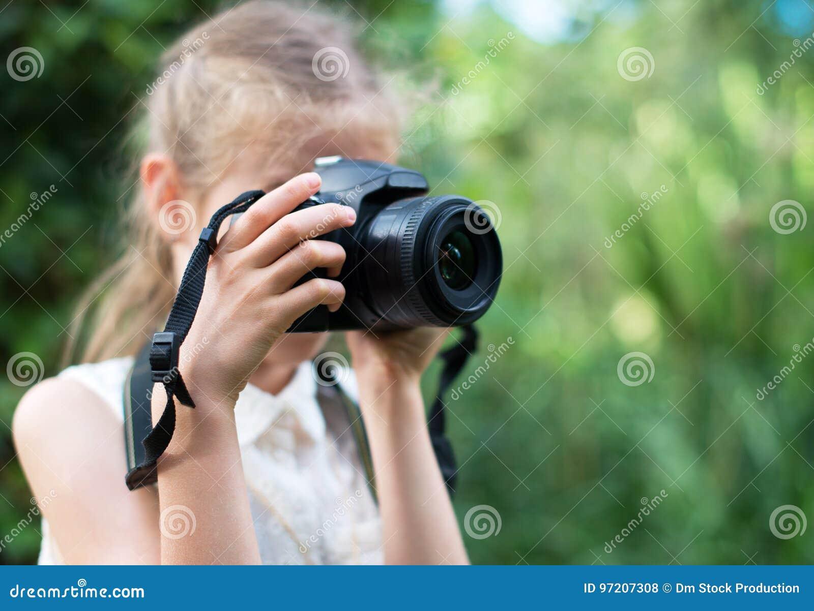 Gullig liten flicka som gör fotografier