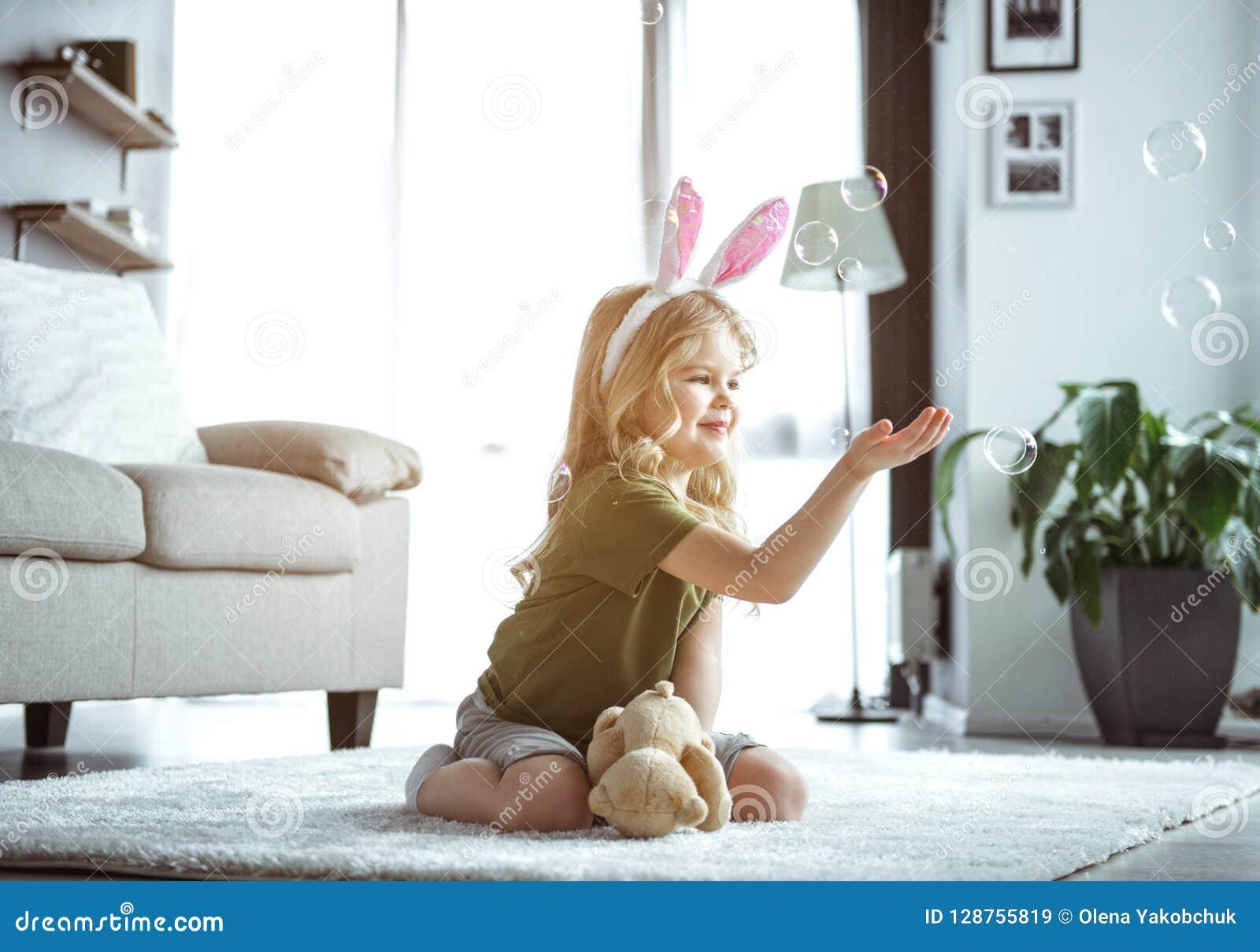 Gullig liten unge som spelar med hemmastadda bubblor