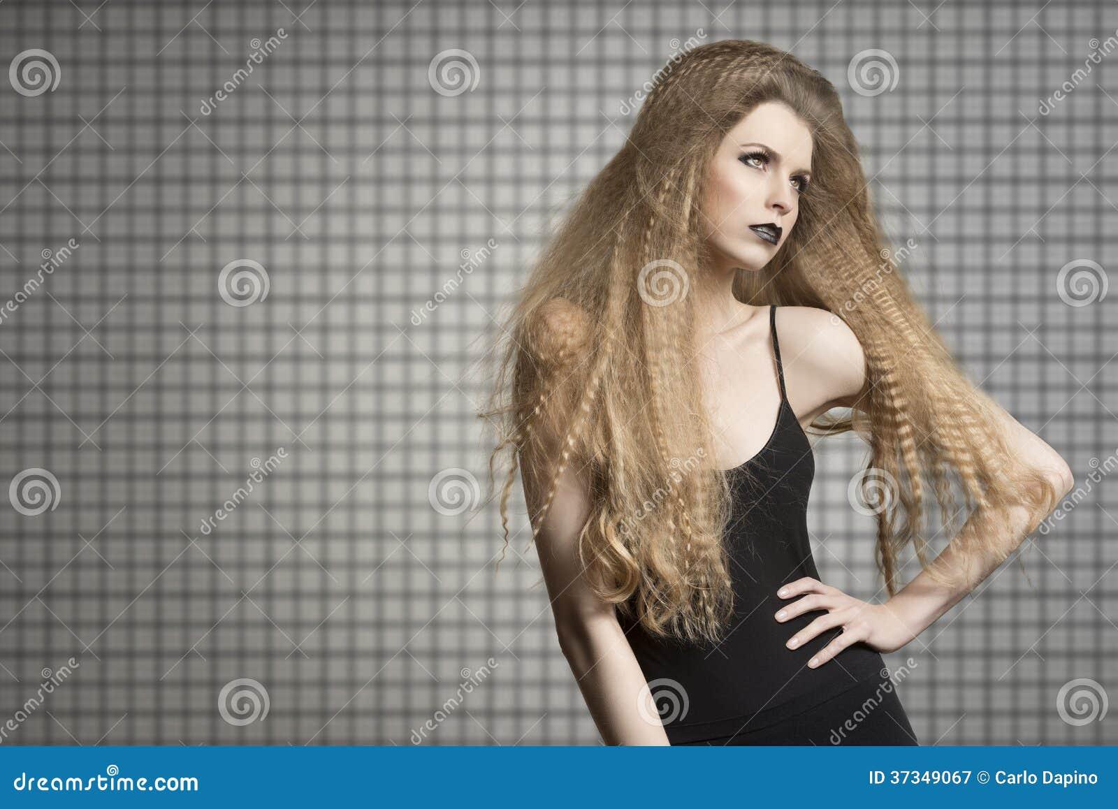 Gullig mörk modestående av flickan