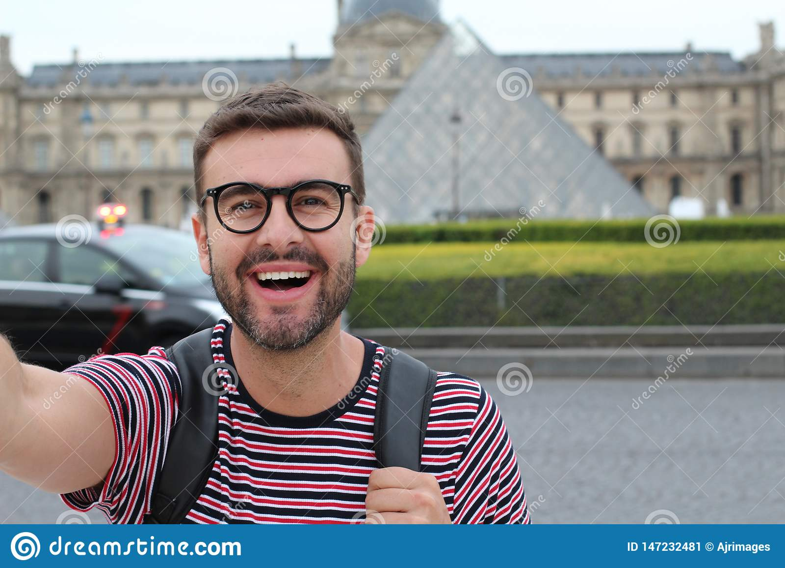 Gullig man som utomhus tar en selfie