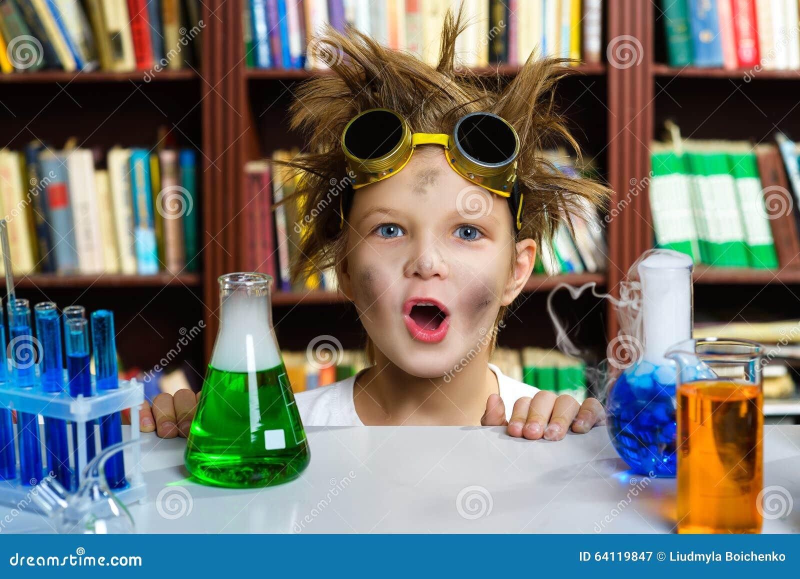 Gullig pojke som gör biokemiforskning i kemi