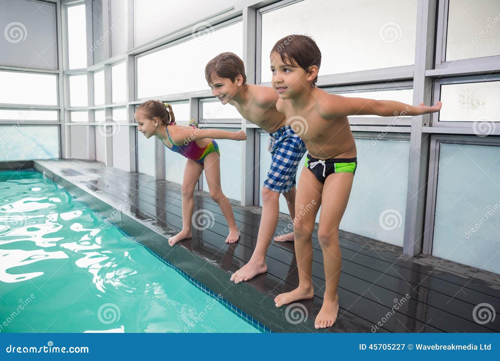 Gullig simninggrupp omkring som hoppar i pöl