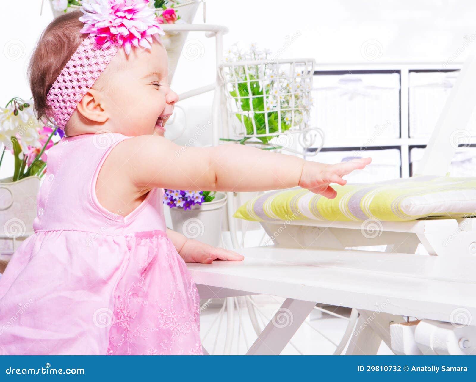 Skratta litet barn