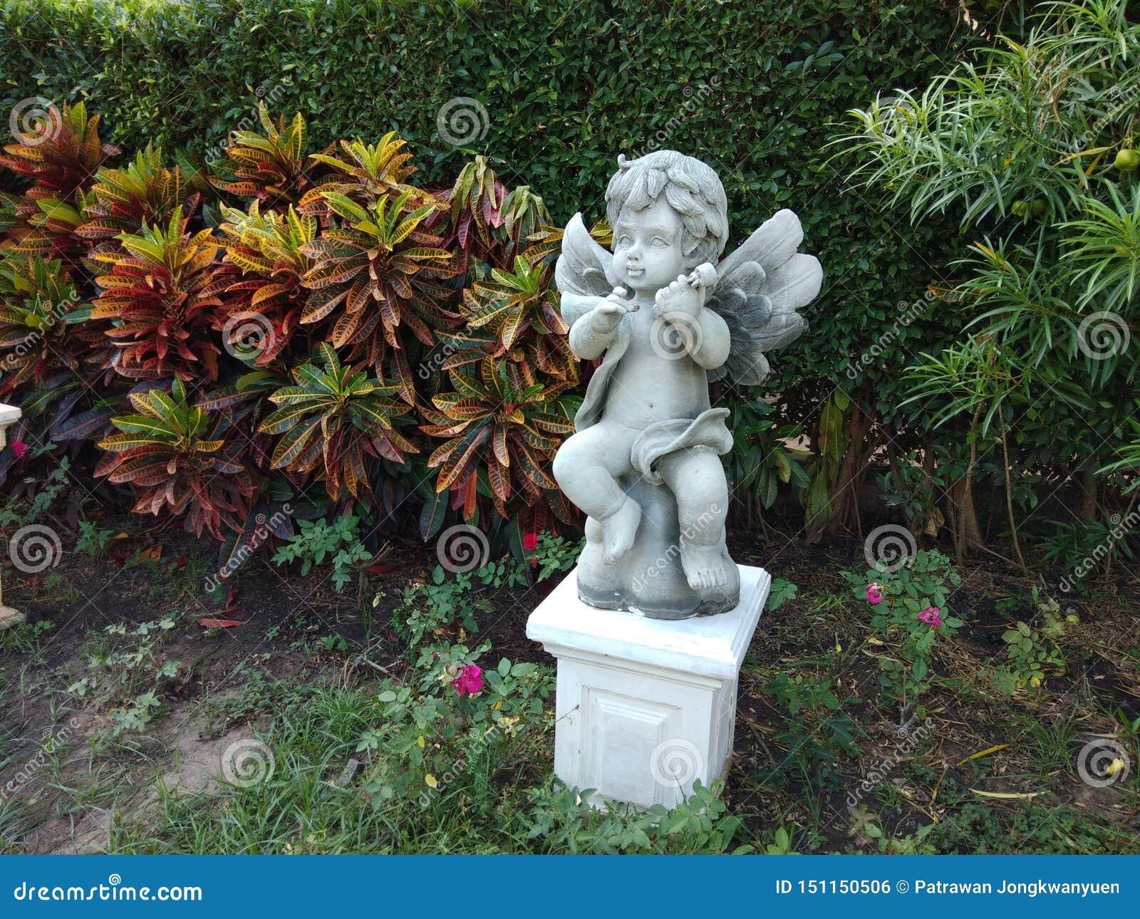 Gullig staty i trädgården