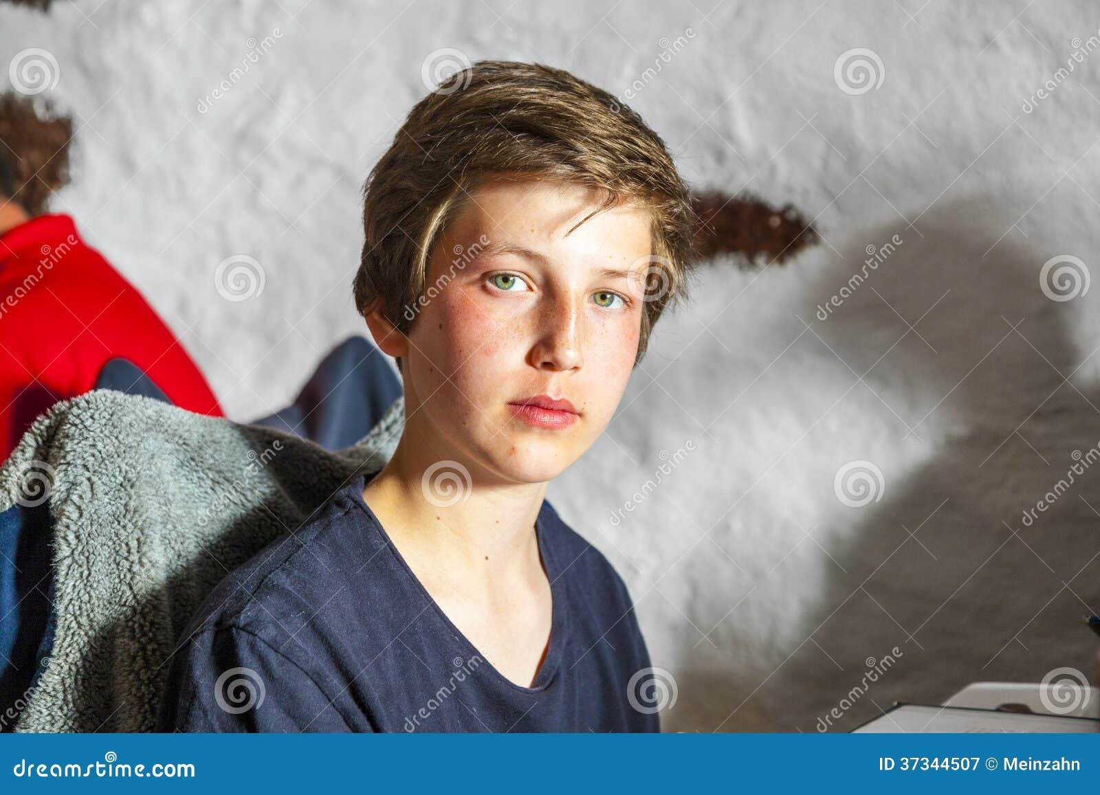 Gullig ung pojke i en restaurang