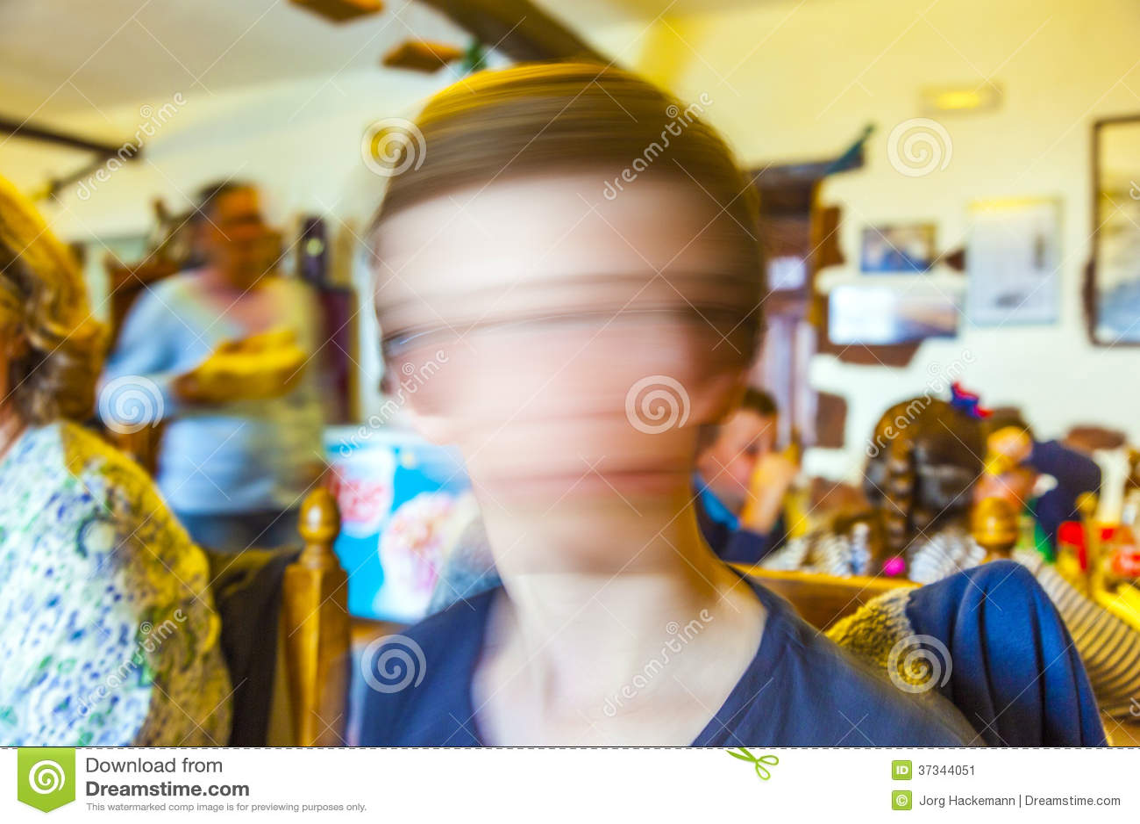 Gullig ung pojke i en restaurang som skakar huvudet