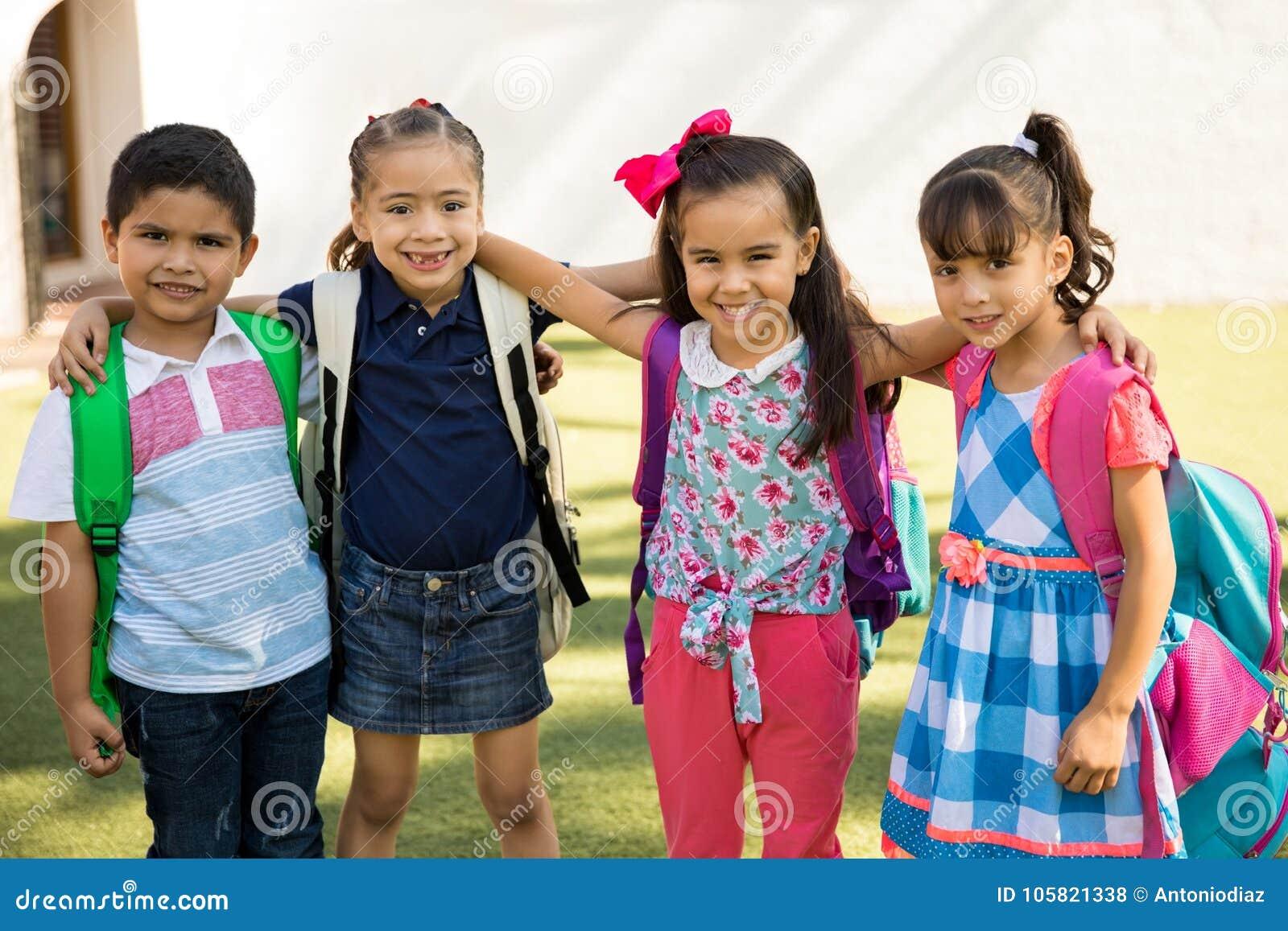 Gulliga förskole- vänner utomhus