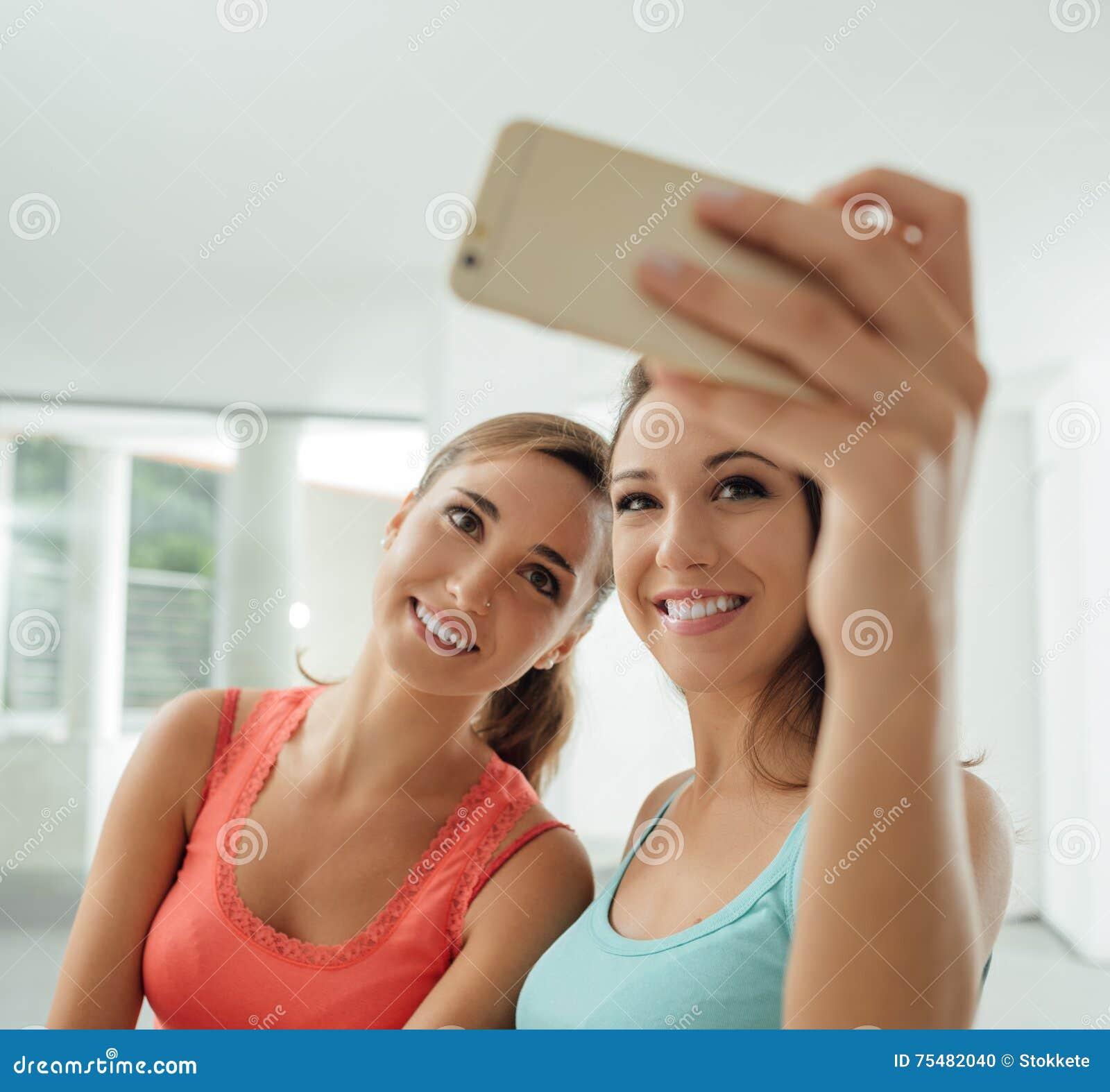 Gulliga flickor som hemma tar selfies