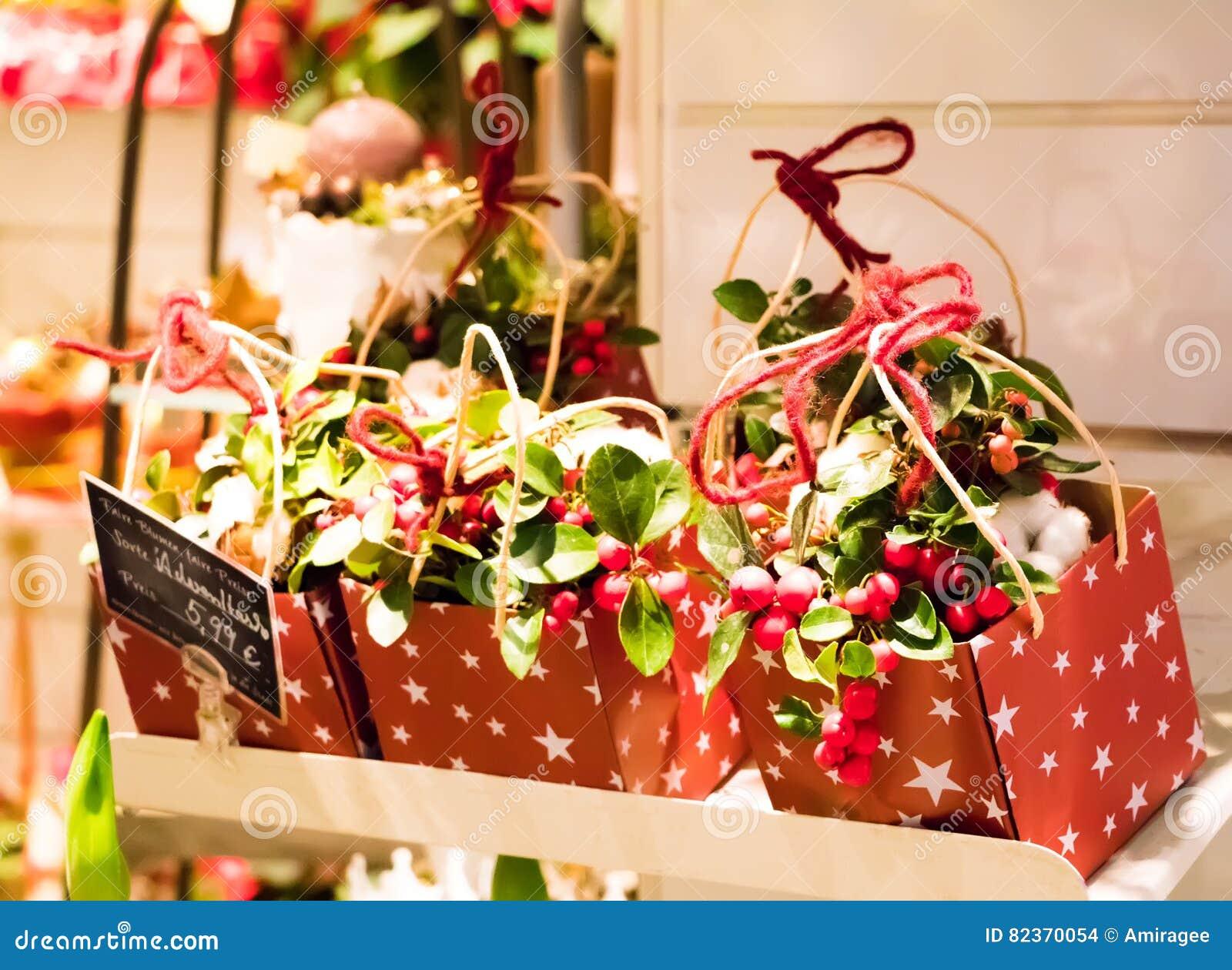 Gulliga julklappar i en blomsterhandlare shoppar Askar med garnering, framlägger och blommor som säljs för jul