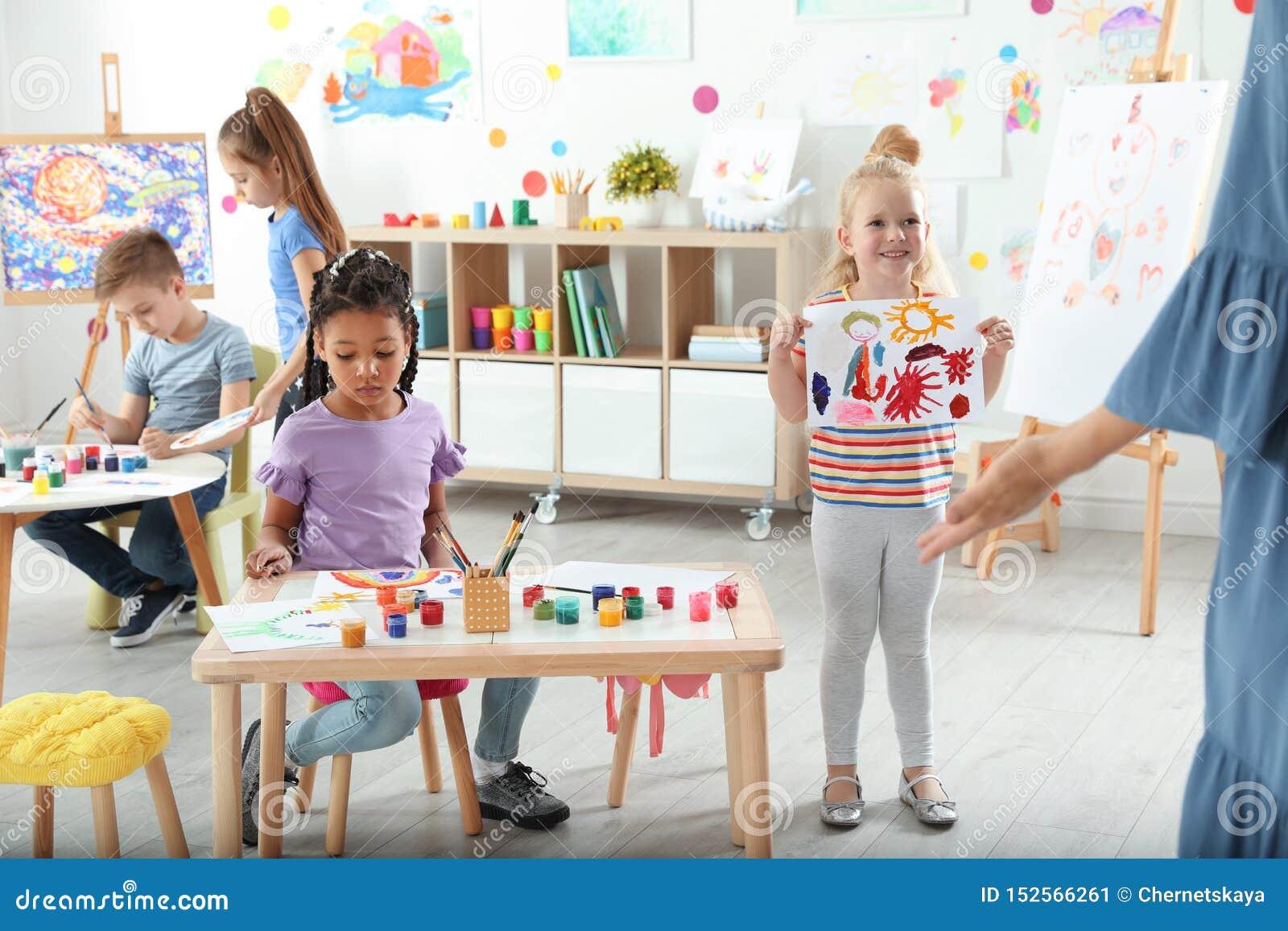 Gulliga små barn på målningkursen