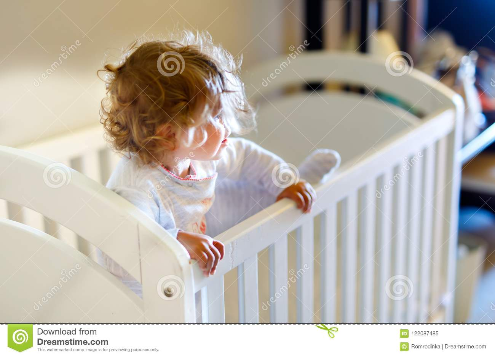 Gulliga små behandla som ett barn flickan som ligger i kåta, når de har sovit Sunt lyckligt barn i säng som ut klättrar