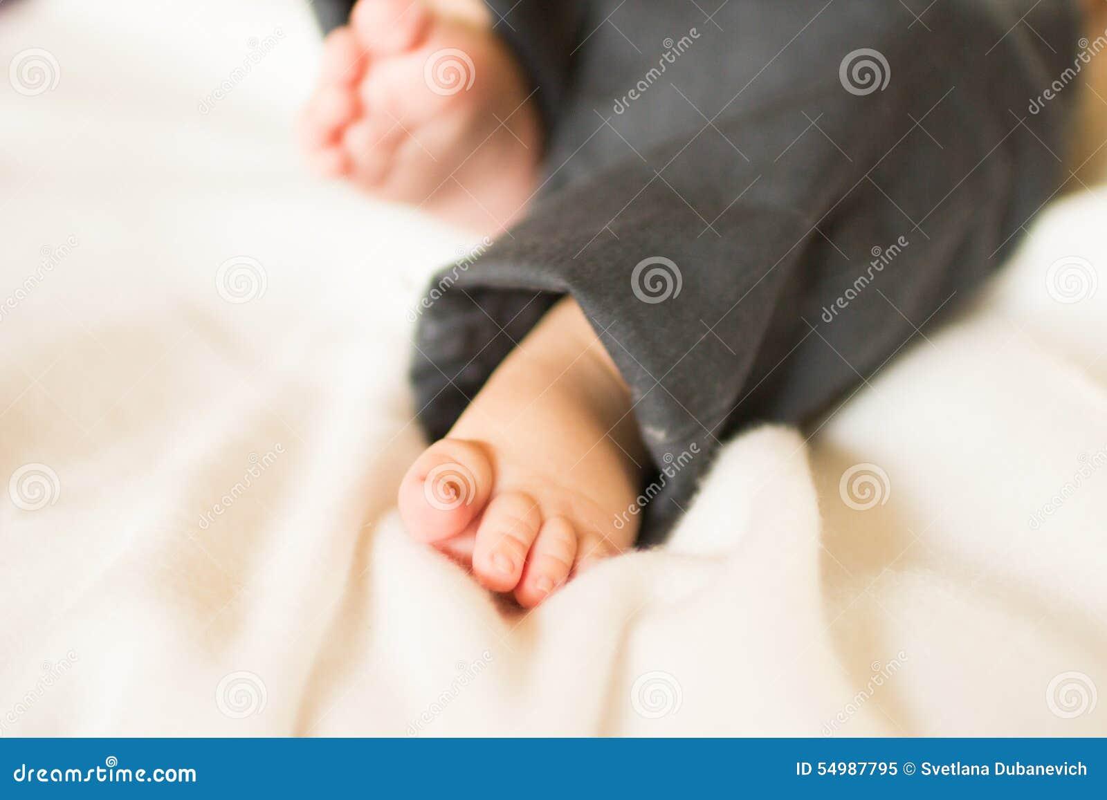 Gulliga små behandla som ett barn fot