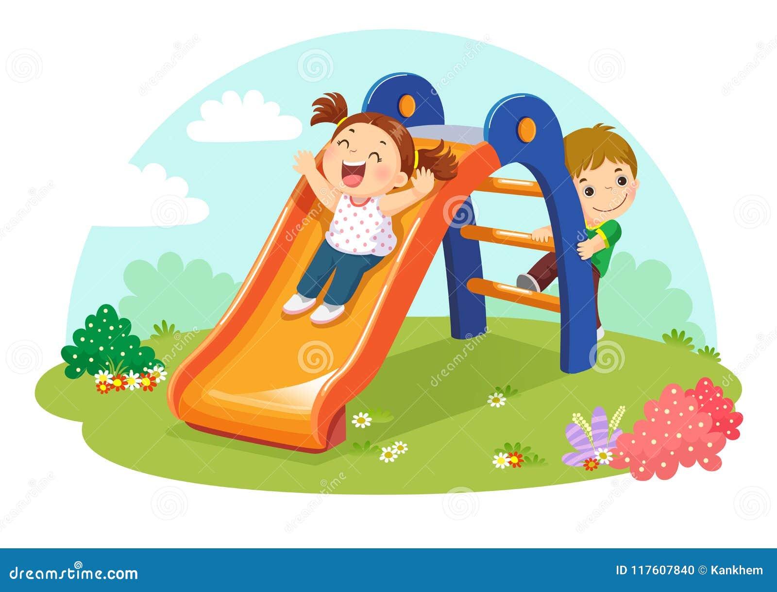 Gulliga ungar som har gyckel på glidbana i lekplats