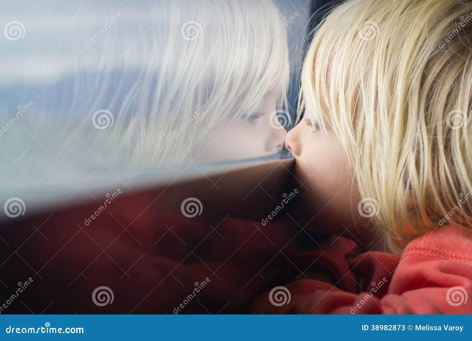 Gulligt barn djupt i tanke