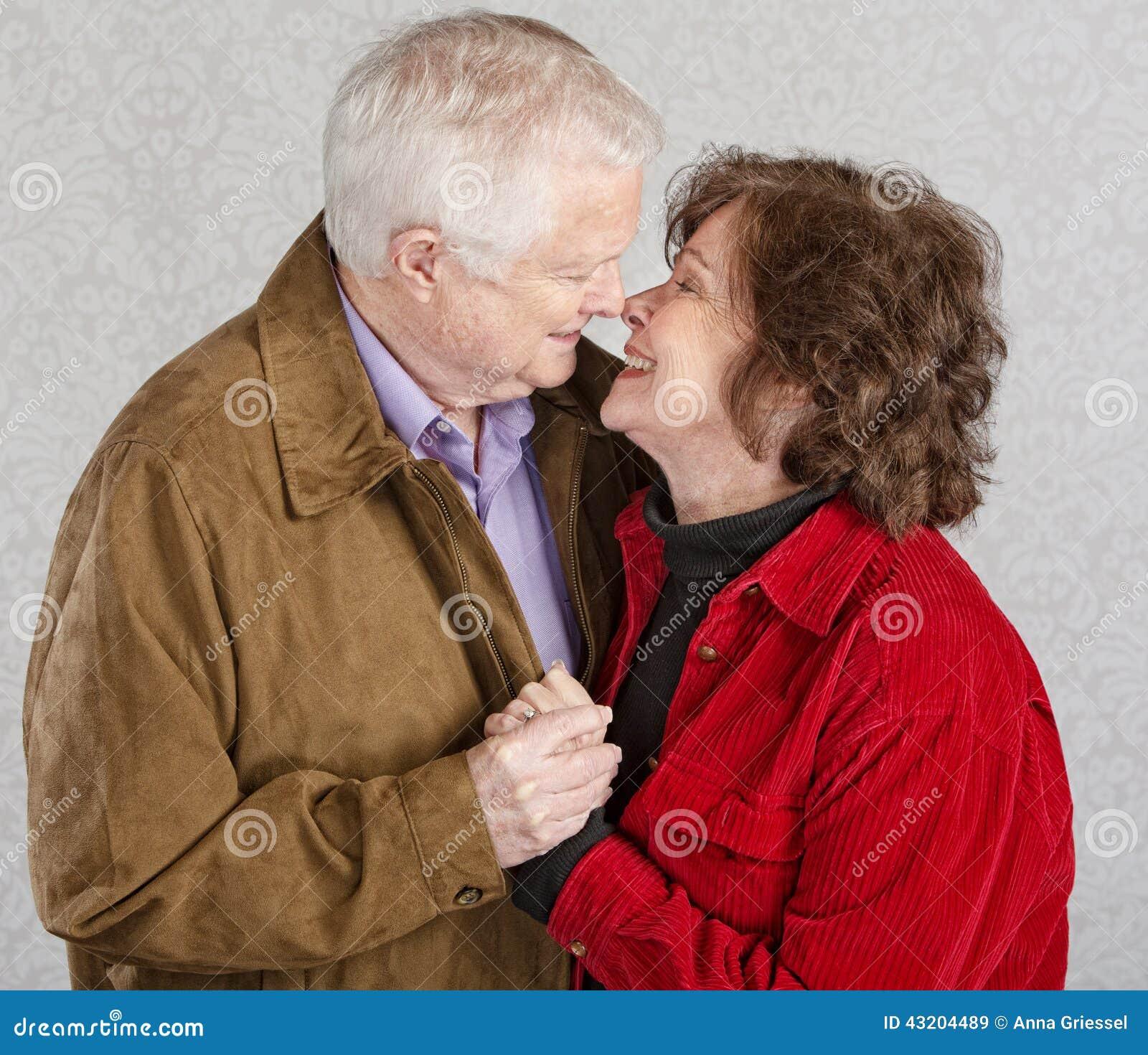 Download Gulligt kyssa för par fotografering för bildbyråer. Bild av näsa - 43204489