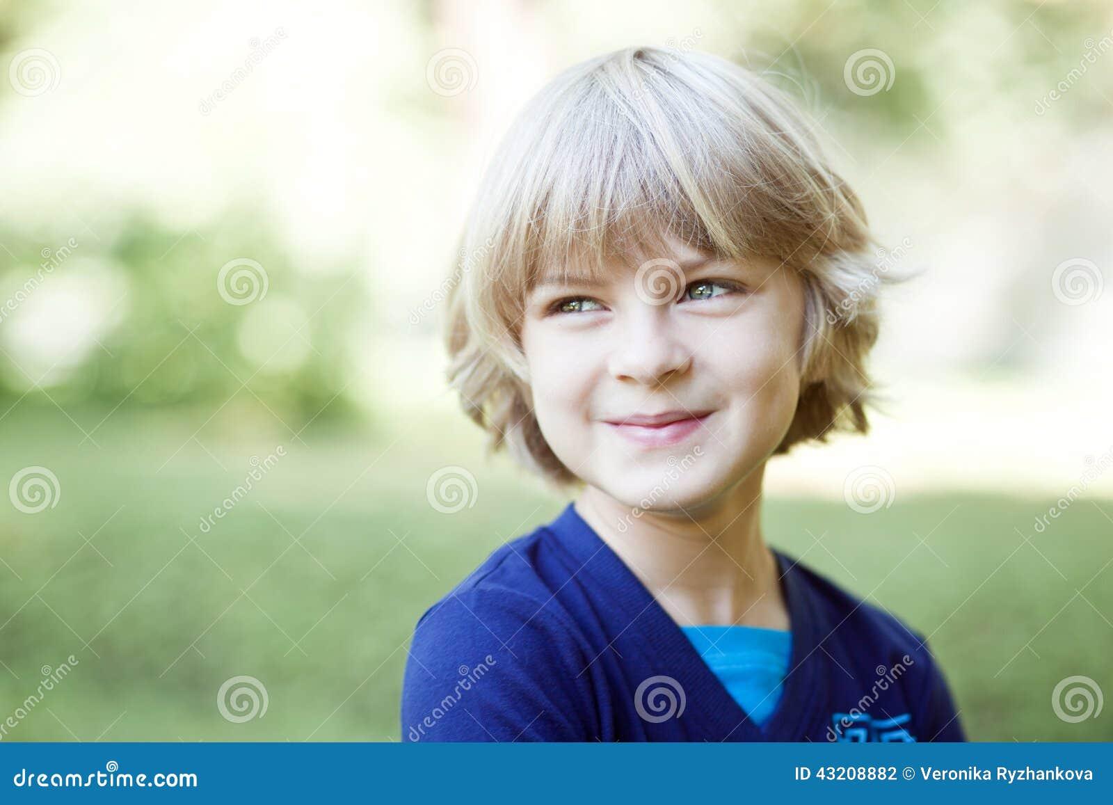 Download Gulligt le för pys arkivfoto. Bild av glädje, lyckligt - 43208882