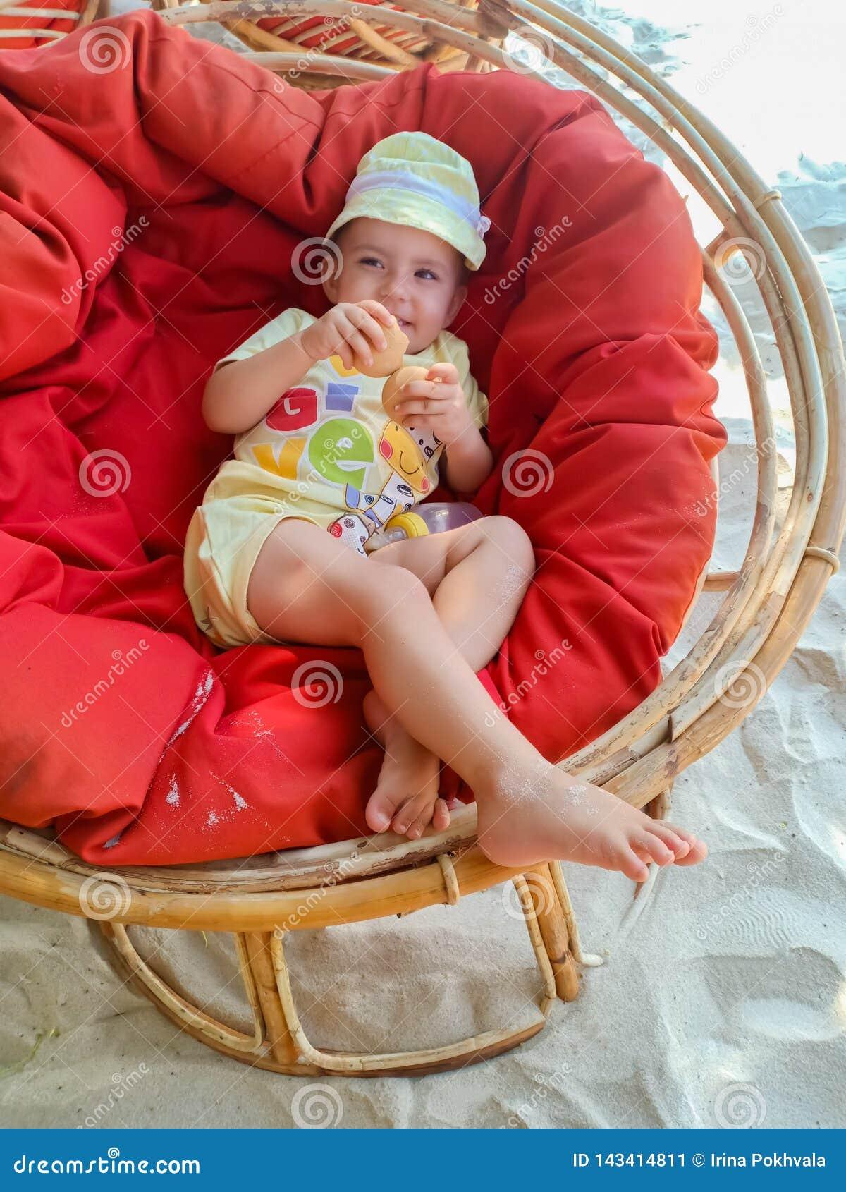Gulligt lite att behandla som ett barn att koppla av i fåtölj på stranden