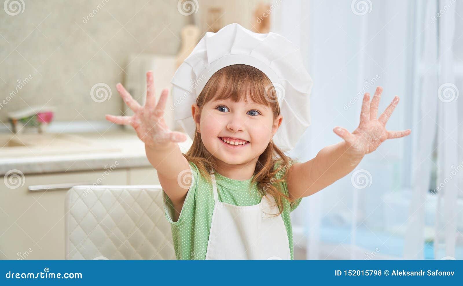 Gulligt skratta behandla som ett barn kocken som vinkar hans händer, sträckte ut hans händer och öppnade hans gömma i handflatan