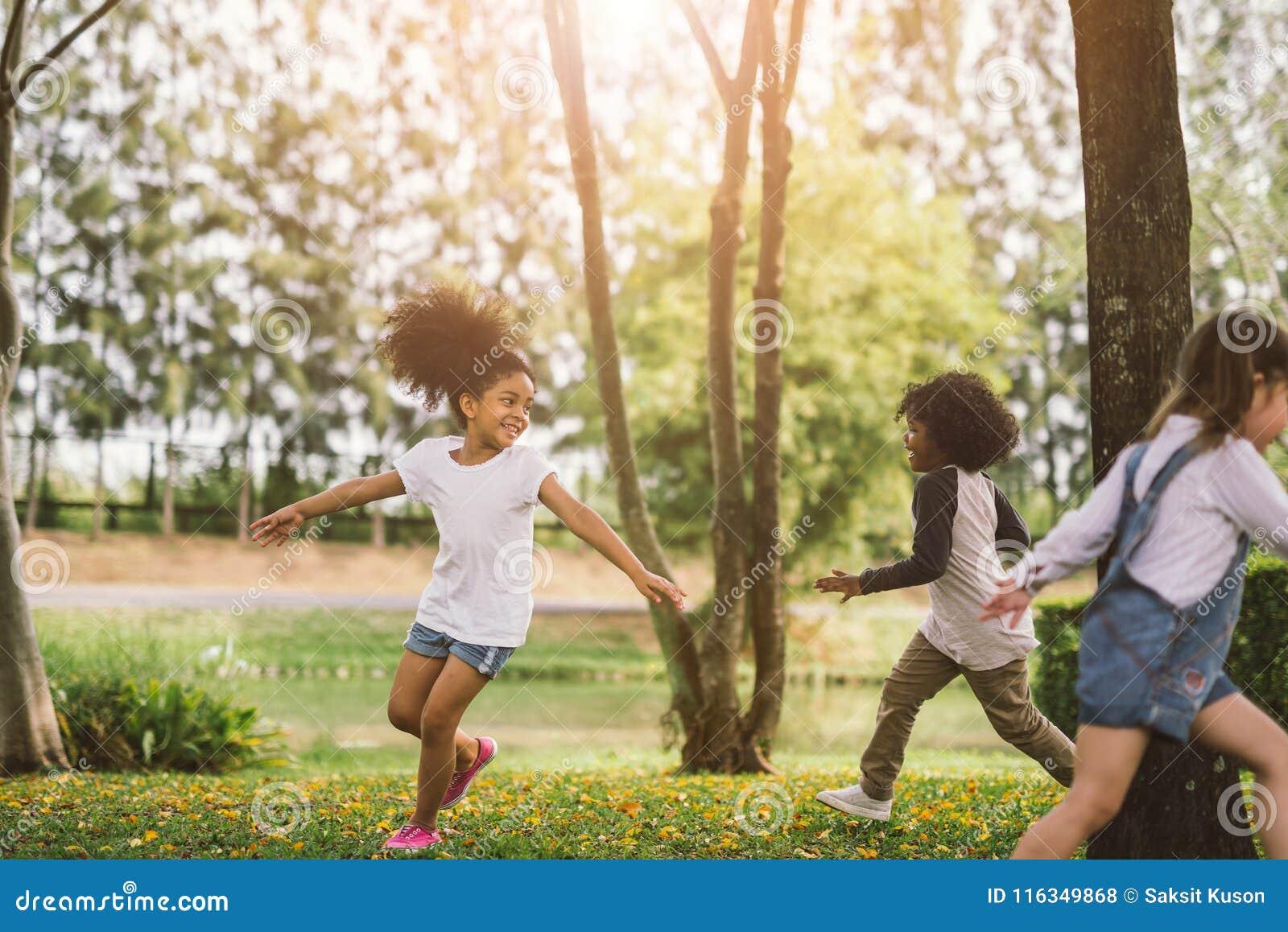 Gulligt spela för afrikansk amerikanliten flicka som är utomhus-