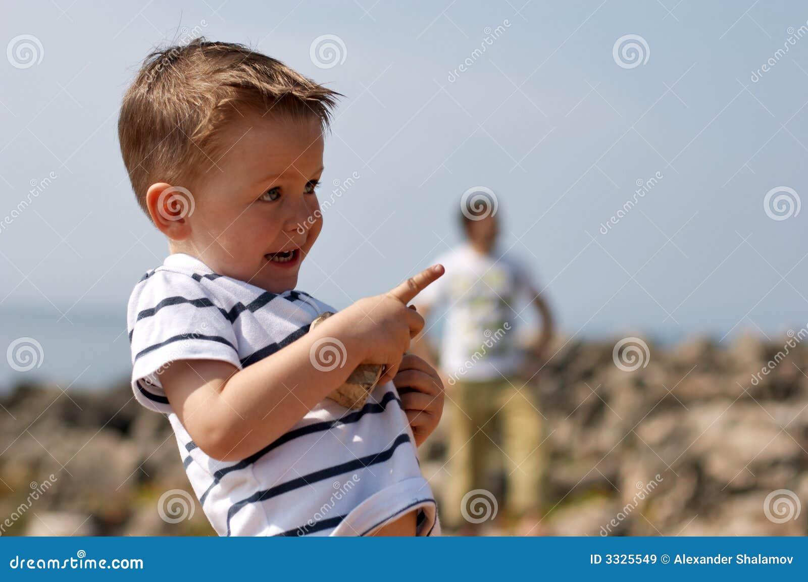 Gulligt utomhus- leka för pojke som är litet
