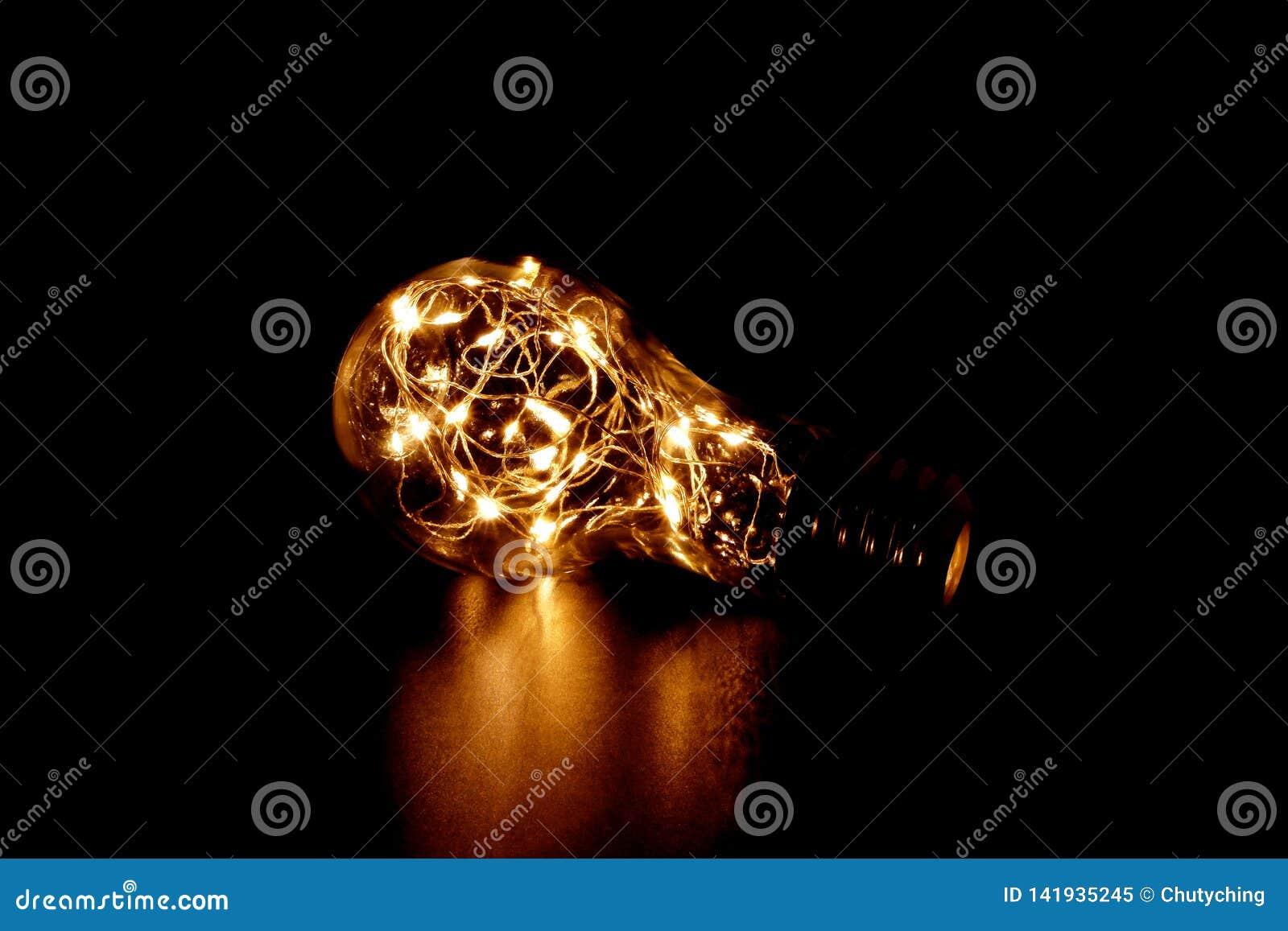 Gult felikt ljus i en formad exponeringsglaskrus för ljus kula