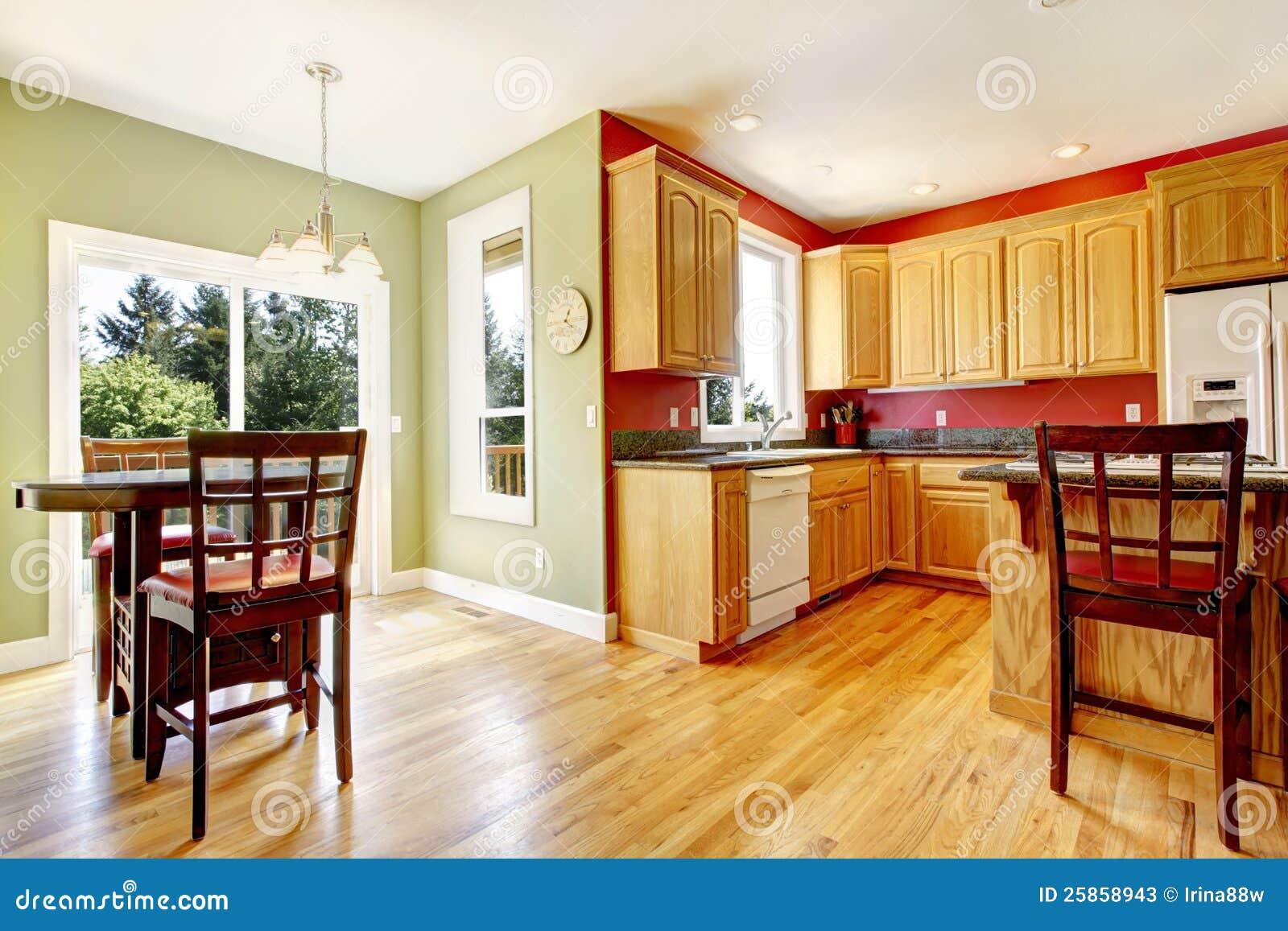 Gult kök med wood och röda och gröna färger. arkivfoton   bild ...