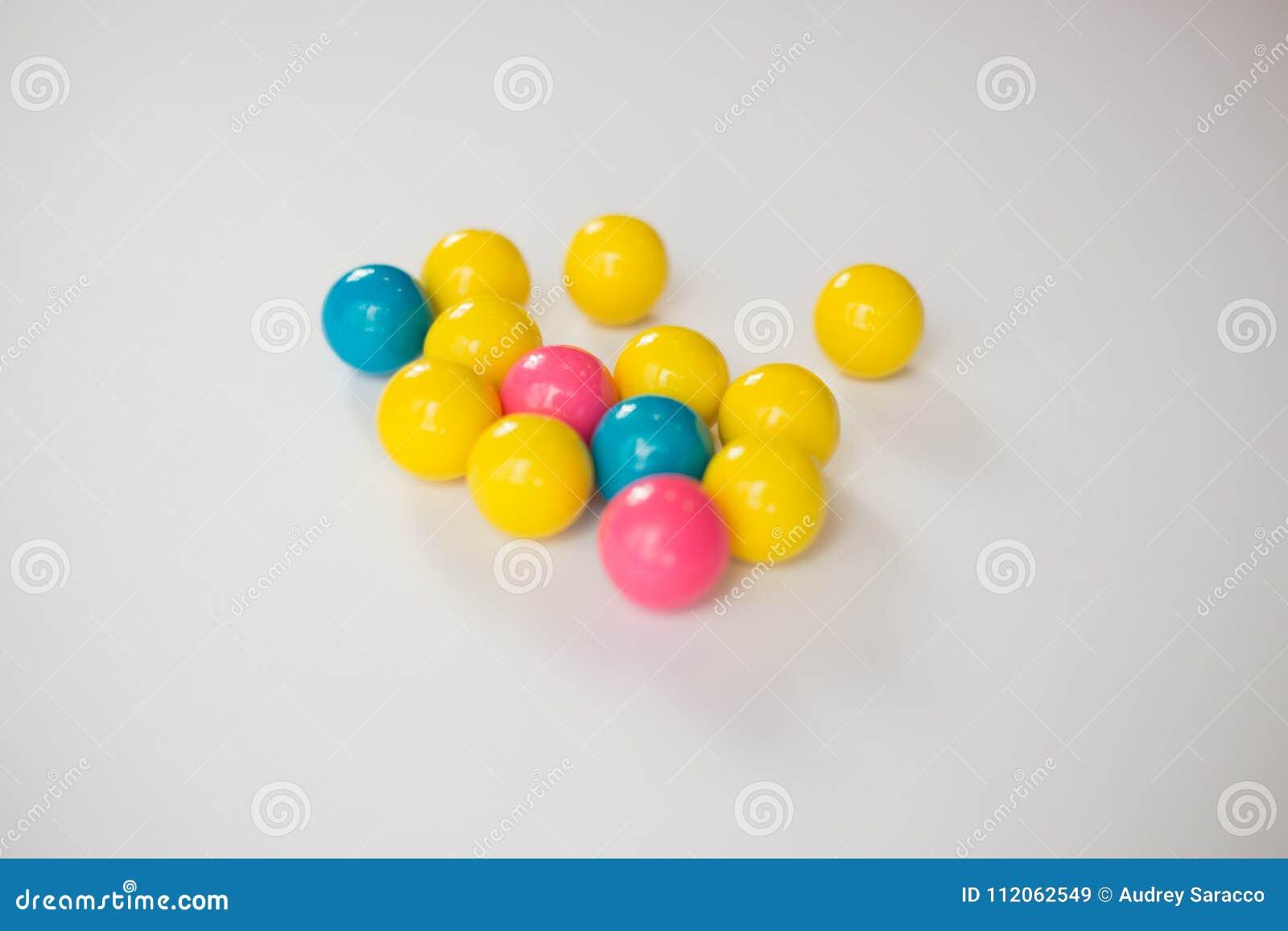 Gumballs coloridos em um fundo branco