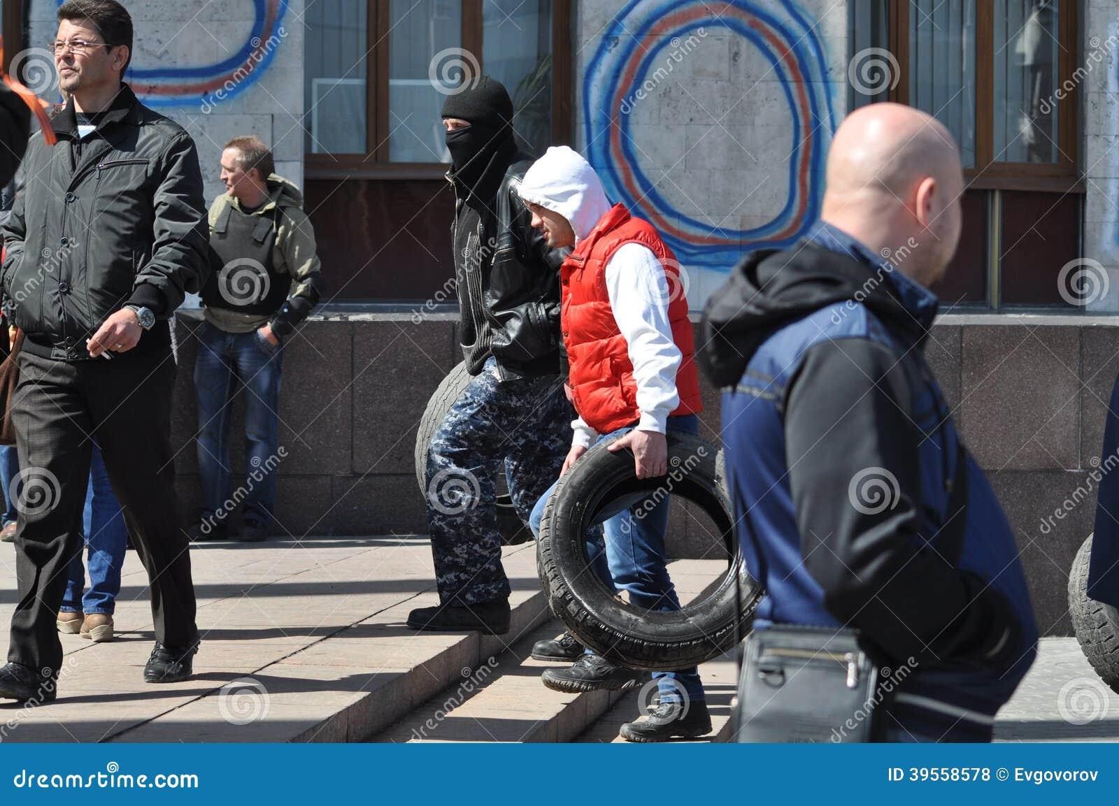 Gummihjul för barrikader Donetsk. Ukraina