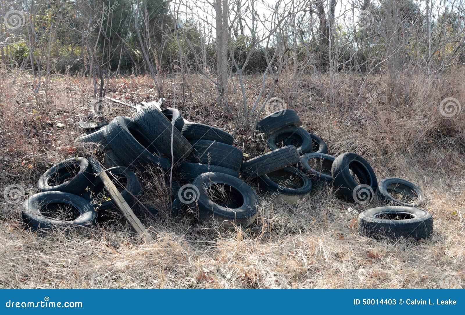 Gummihjul som dumpas olagligt i ett fält