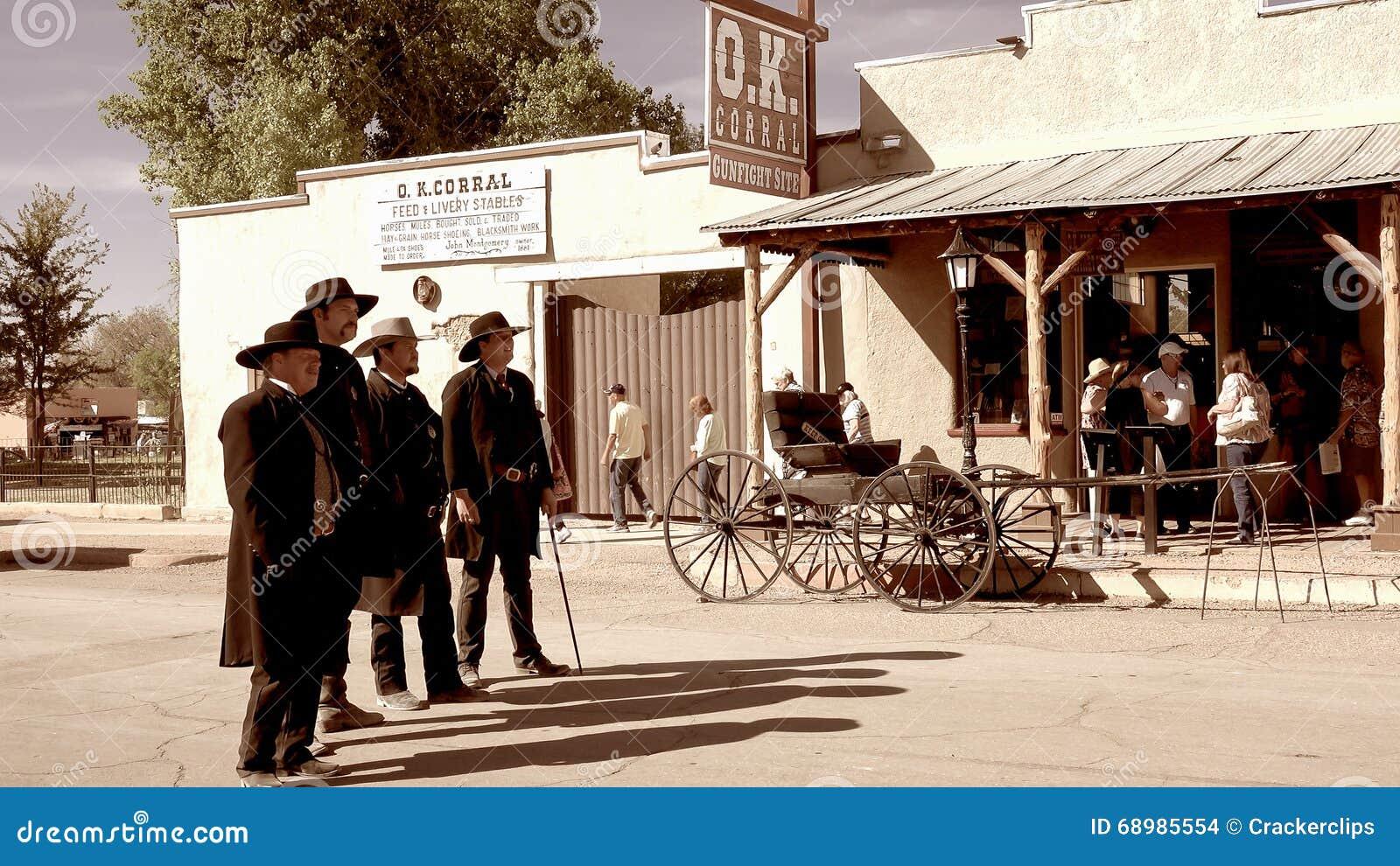 Gunfighters en la ciudad del oeste salvaje de la piedra sepulcral, Arizona