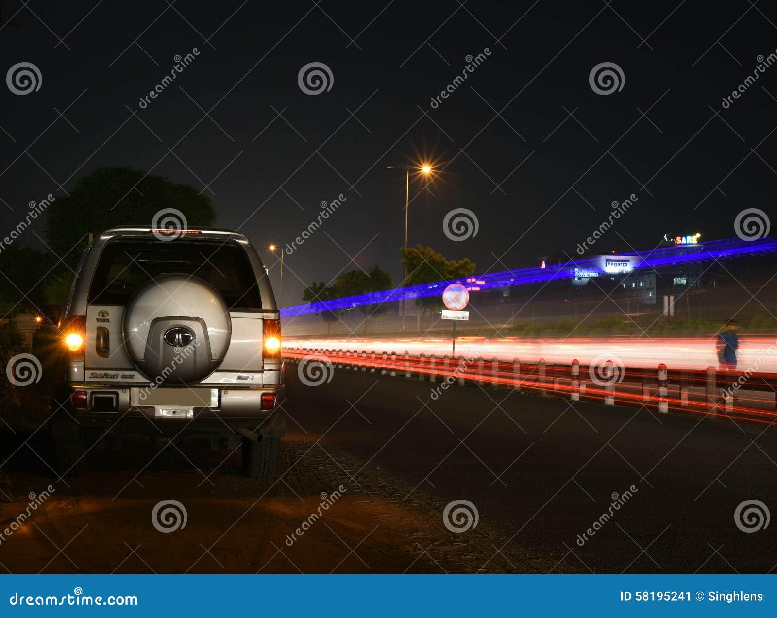 Gurgaon, India: 19 agosto 2015: Legendry Tata Safari SUV su una strada urbana in Gurgaon