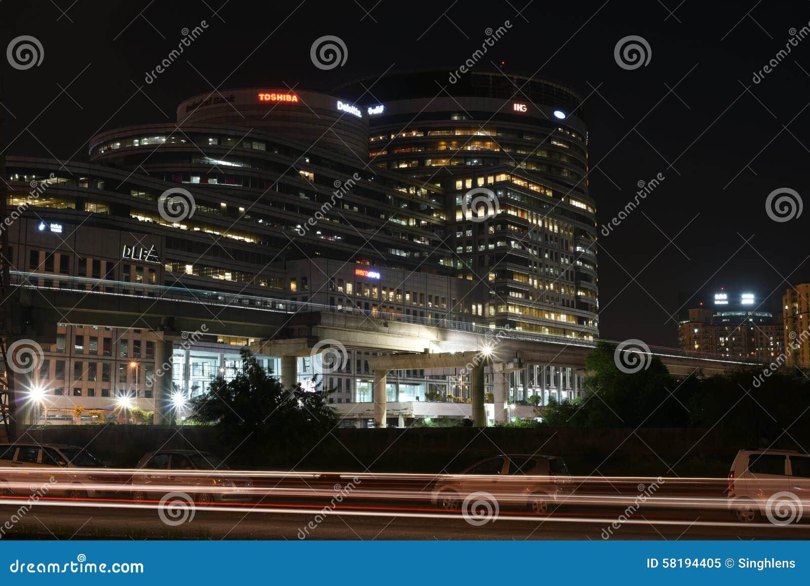 Gurgaon, India: Aug 15th, 2015: Sławny DLF Biurowy kompleks w Gurgaon podczas nocy godzin