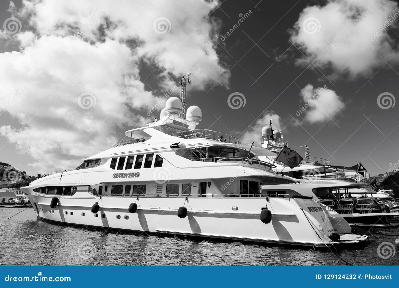 Gustavia, stbarts - 25 de enero de 2016: navegando, viaje de lujo en el yate Yates anclados en el embarcadero del mar en la playa