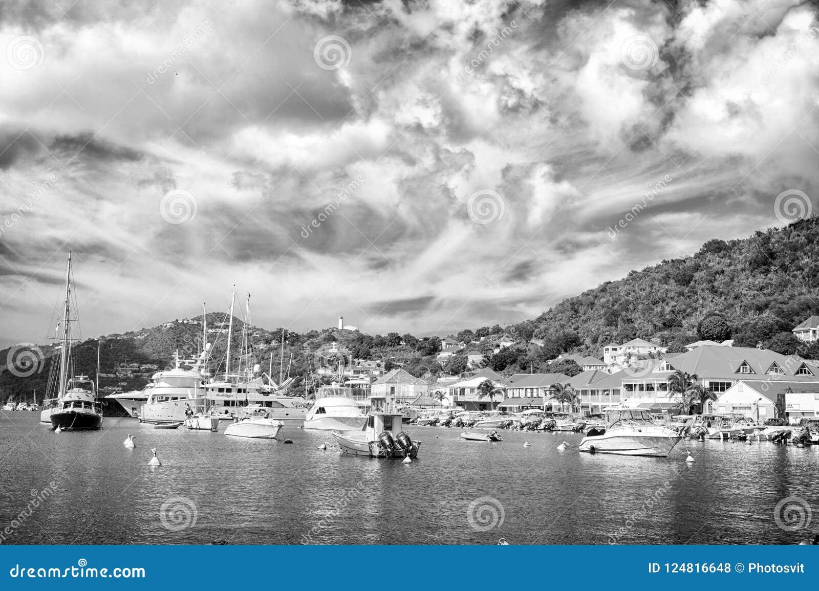 Gustavia, stbarts - 25 de noviembre de 2015: barcos en club náutico o puerto en puerto tropical El navegar y navegación lujo