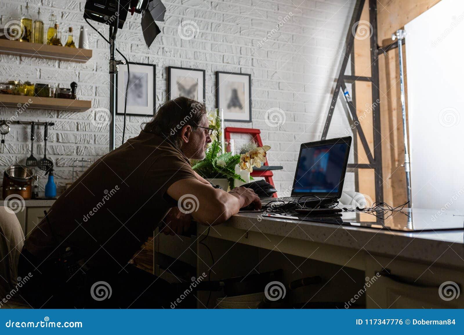 Gut aussehender Mann arbeitet im Rechenzentrum mit Laptop