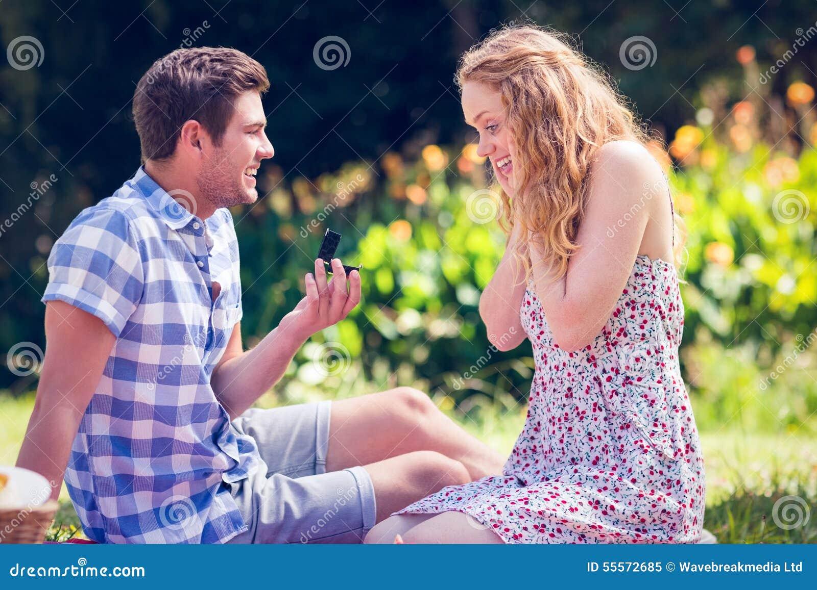 Gut Aussehender Mann, Der Heiratantrag Seine Freundin