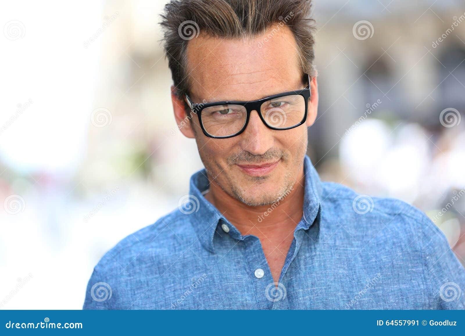 Gut aussehender Mann, der stilvolle Brillen trägt