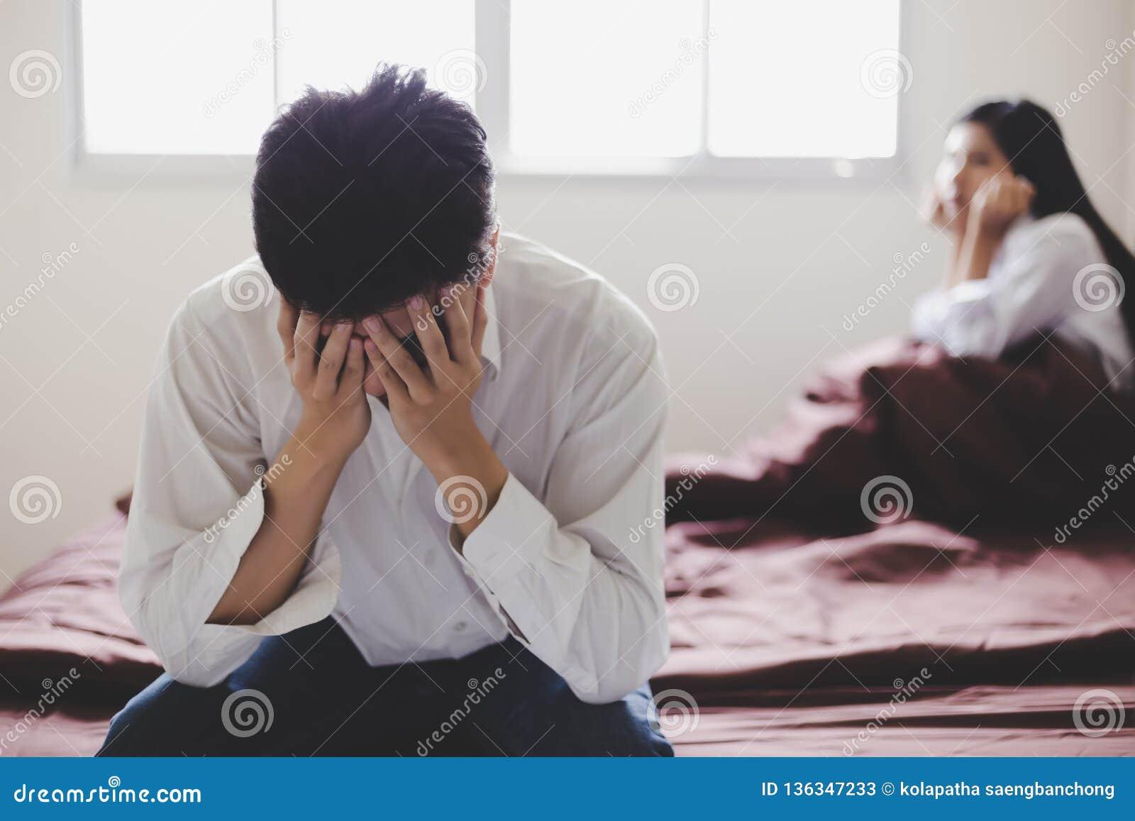 Gut aussehender Mann erhalten dass seine Frau enttäuscht, zu sagen ihm für Scheidung, weil sie neuen Freund erhält Kerl erhalten,