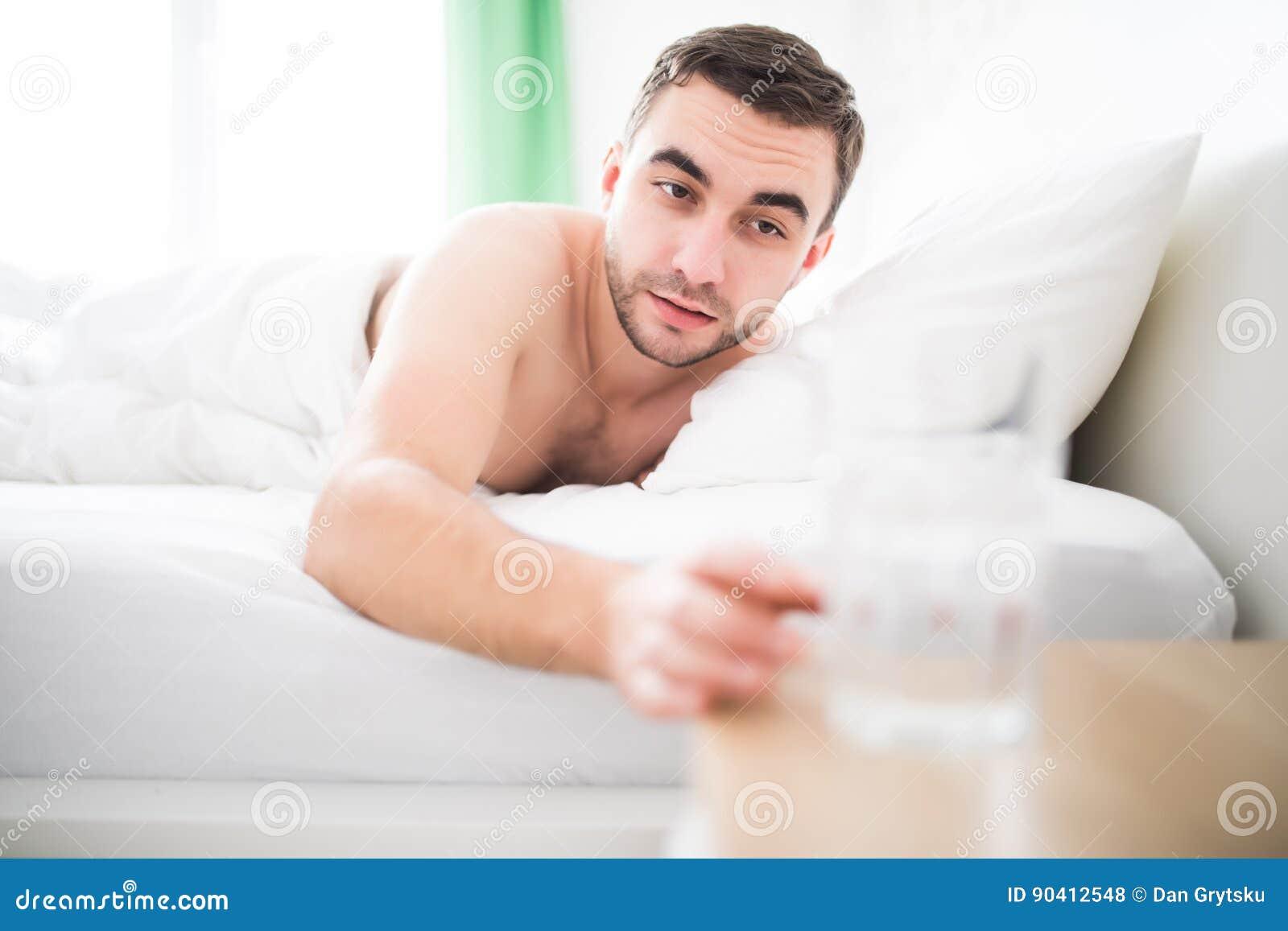 Gut Aussehender Mann Wachen Morgens In Ihrem Bett Auf Und